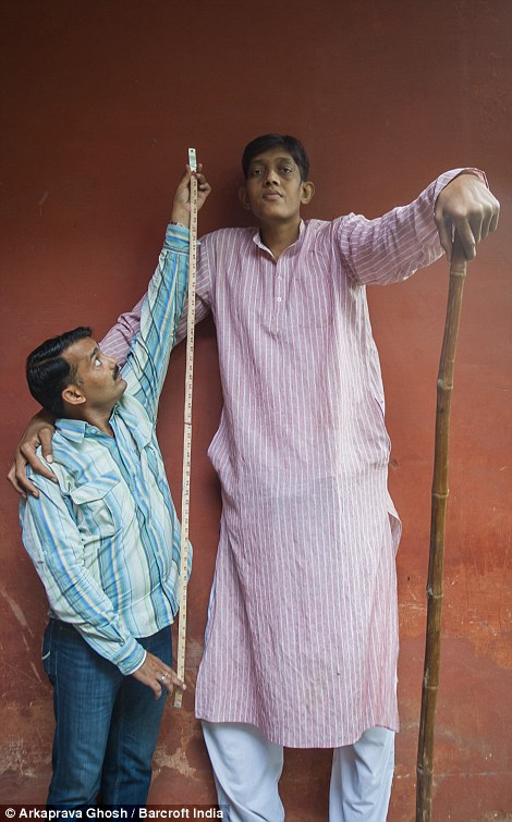 Сингх также получает ежемесячную зарплату в 10 000 рупий (150 долларов), которые позволяют ему выжить.