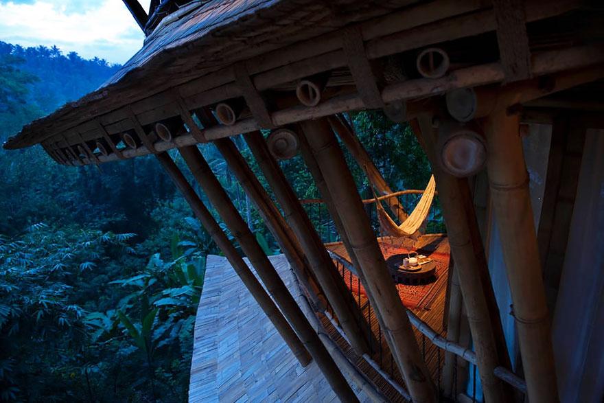 Женщина построила огромный дом из бамбука
