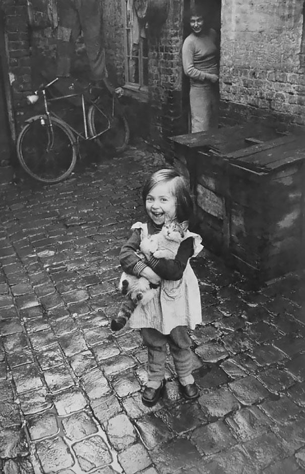 Счастливая девочка из Франции с котом, 1959 г.