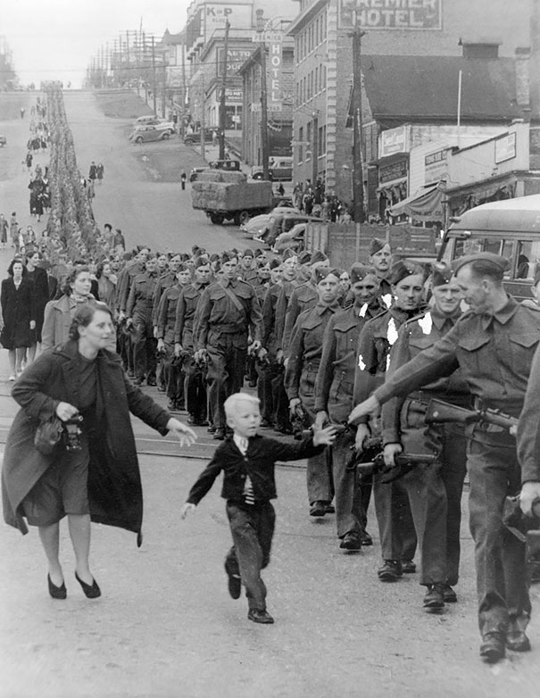 Мальчуган среди солдат, 1940 г.