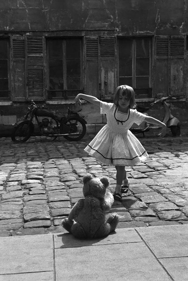 Девочка танцует перед плюшевым мишкой. Париж, 1961 г.