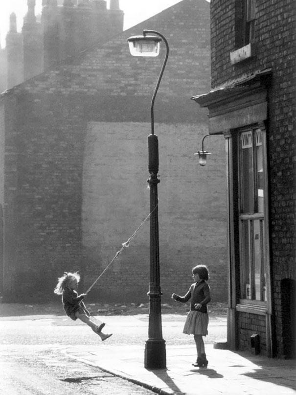 Две девочки катаются на веревке, Манчестер, 1965 г.