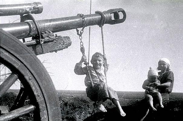 """Русские дети играют на брошенной немецкой артиллерии после """"Сталинградской Битвы"""""""