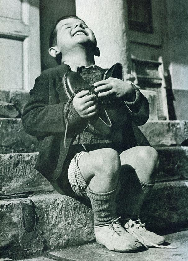 Мальчик из Австрии получает новые ботиночки во время Второй Мировой Войны.