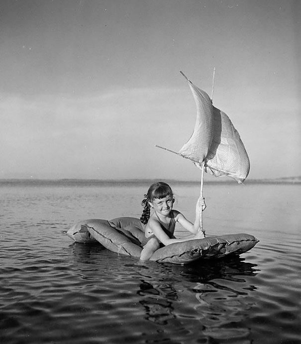 Девочка плавает на надувном матрасе, Тулон, 1949 г.