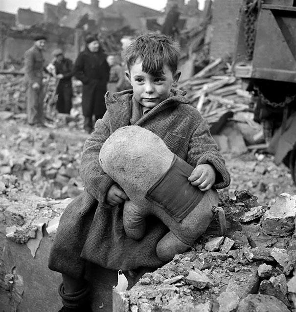 Мальчик в руинах держит в руках мягкую игрушку, Лондон, 1945 г.