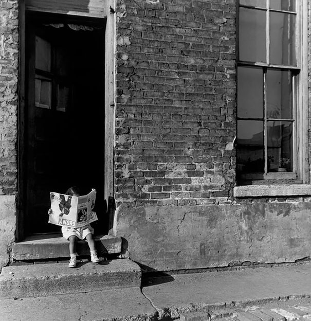 """Ребенок читает журнал """"EBONY"""", Чикаго, 1947 г."""