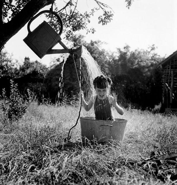 Девочка и импровизированный душ, 1949 г.