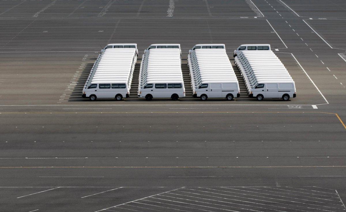 Эти фургоны, припаркованные у Nissan Motor Co в Йокосуке выглядят как оригами.