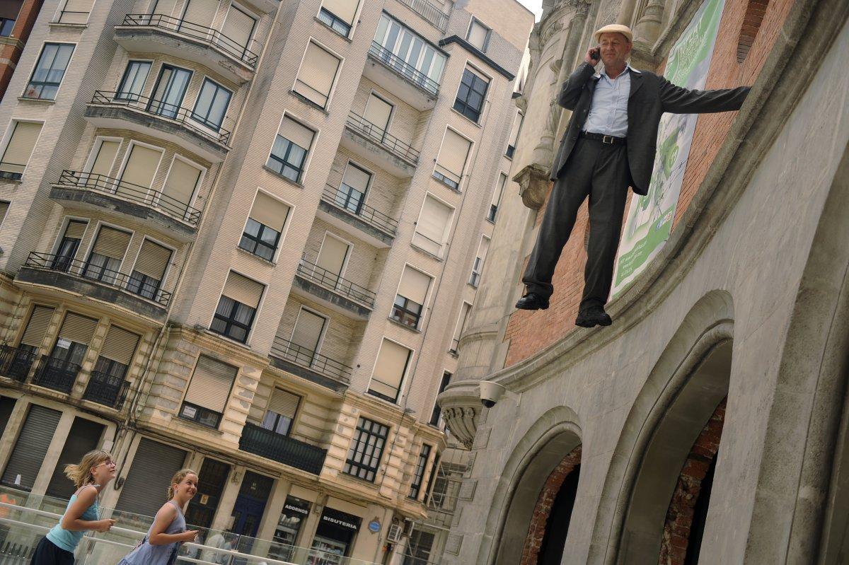 Уличный артист немец Йохан Лорбир (Johan Lorbeer) обманывает свою аудиторию, что он парит в воздухе, но для данного трюка использует поддельную руку.