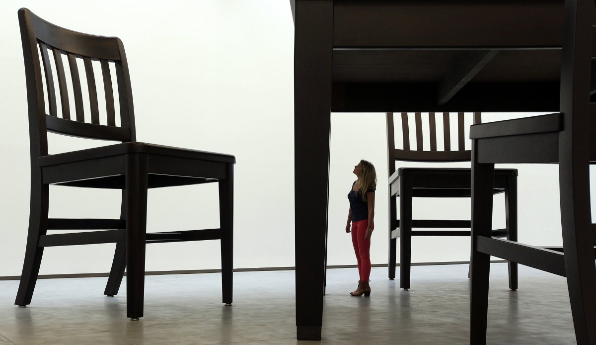 Стулья и стол для гигантов, в центре искусств Белфаст.