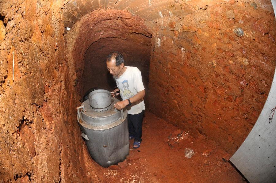 Китаец потратил шесть лет на создание дома в пещере
