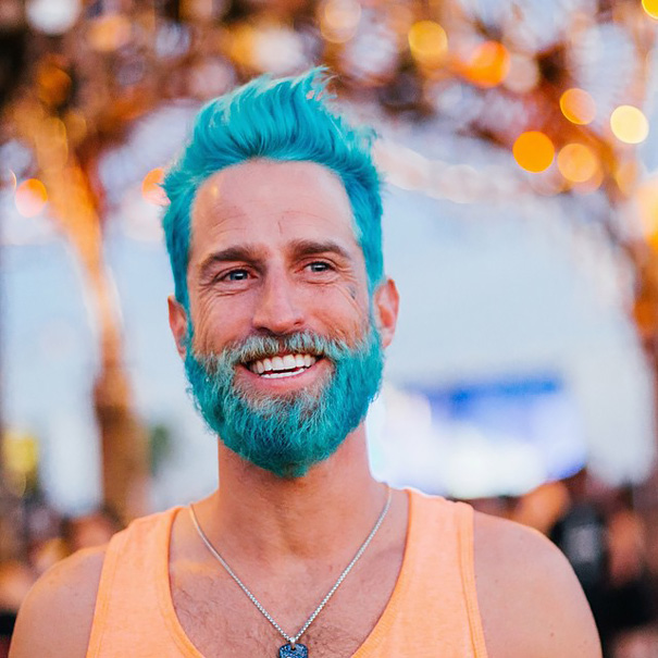 Мужчины с необычным цветом волос