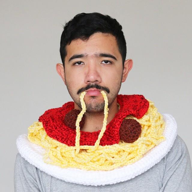Мельбурнский художник вяжет шапки в виде еды