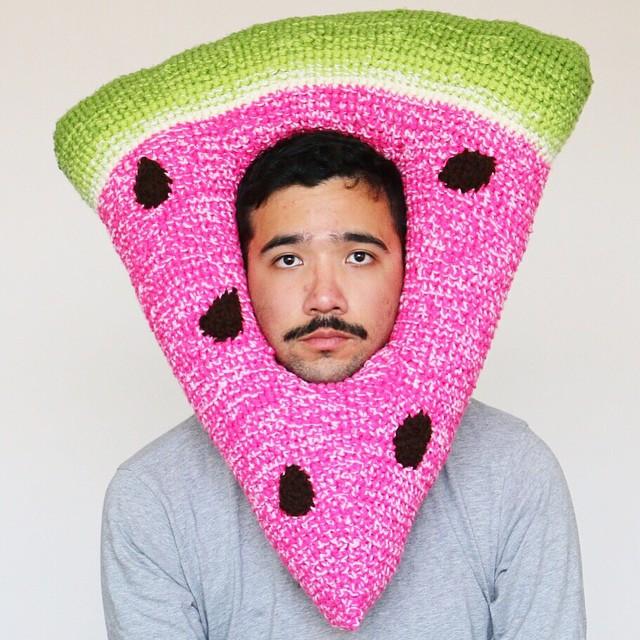 Парень из instagram вяжет шапки в виде еды
