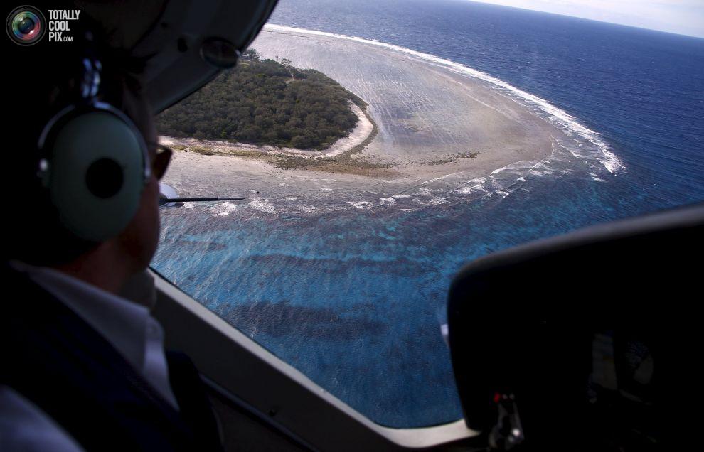 Пилот Джон Пикер (John Peaker) готовится к посадке на остров.