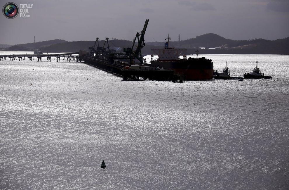 Корабль груженный углем у терминала.