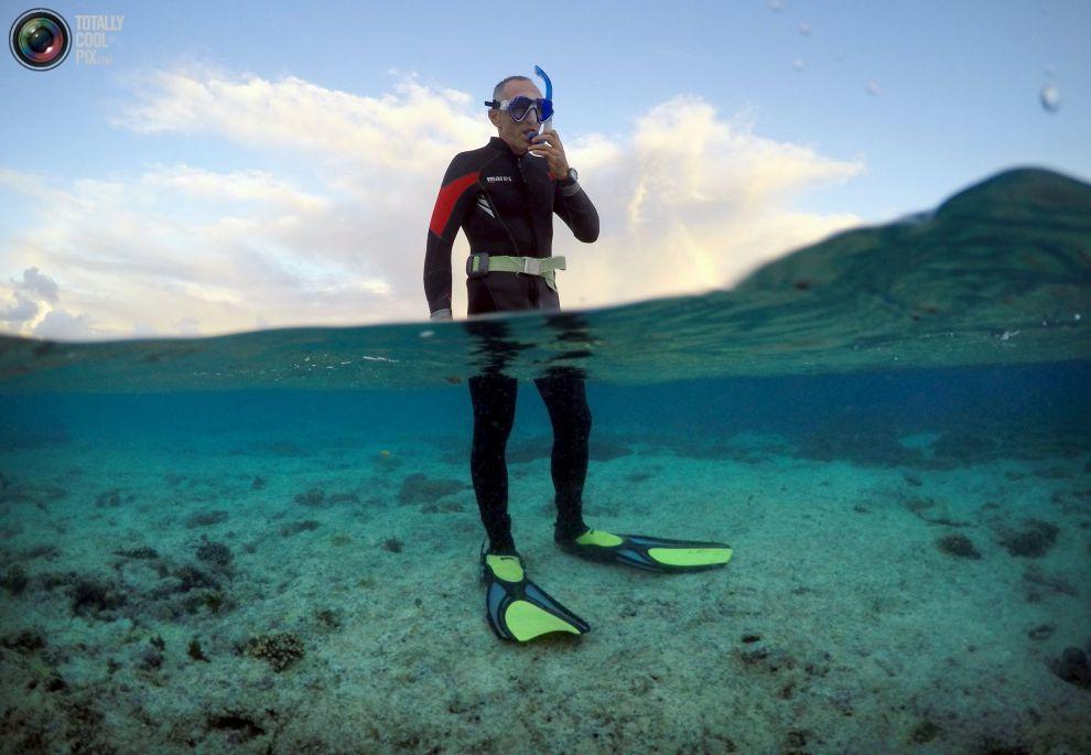 """Питер Гаш (Peter Gash), готовится, чтобы вплавь осмотреть состояние рифов, в районе под названием """"коралловые сады"""", расположенный у острова Леди-Эллиот, к северо-востоку от города Бандаберг в штате Квинсленд, Австралия."""