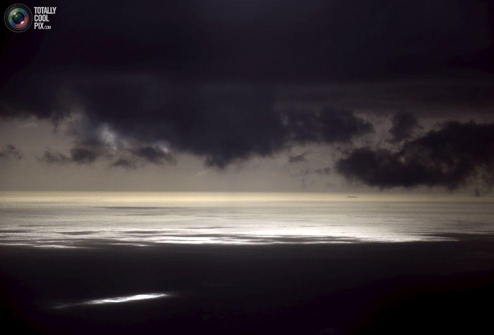 Грозовые тучи, может быть выше видно корабль с углём, который плывет рядом островом Эллиот.
