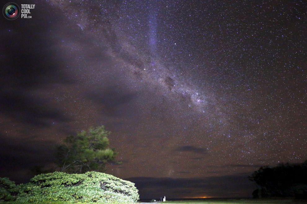 Млечный Путь наблюдается в небе над хижиной в Австралии.
