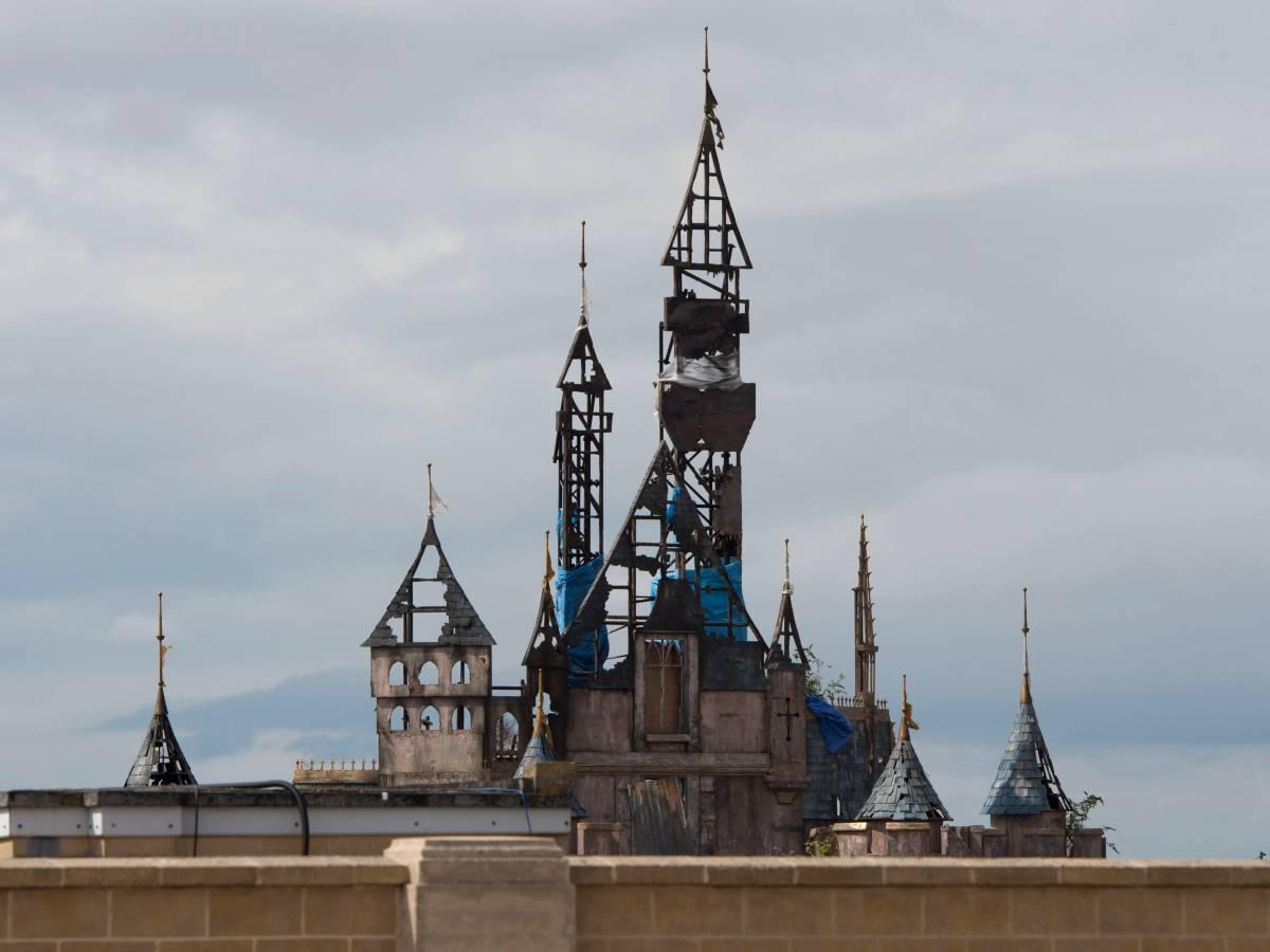 Дисмаленд разрушен, сожжена копия знаменитого волшебного замка.