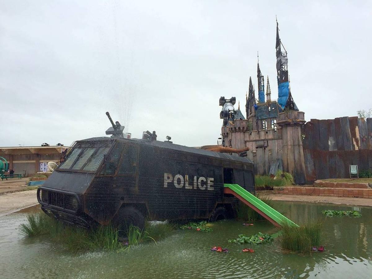 За пределами полуразрушенного замка, полицейский автомобиль.
