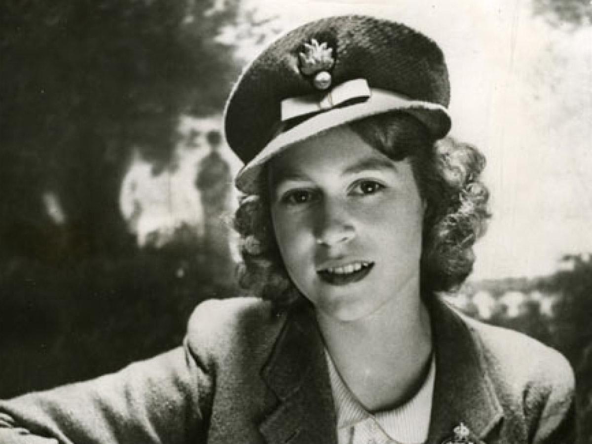 В феврале 1945 года, всего за несколько месяцев до окончания Второй Мировой Войны, тогда-Принцесса Елизавета вступила в ATS. Ей только исполнилось 18 лет, и она присоединилась к войне.