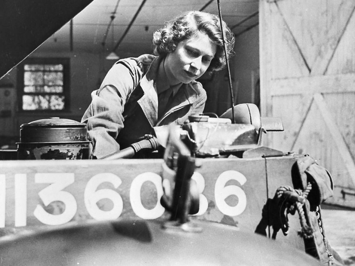 Она научилась менять колесо, чинить двигатели, машин скорой помощи и других военных грузовиков.