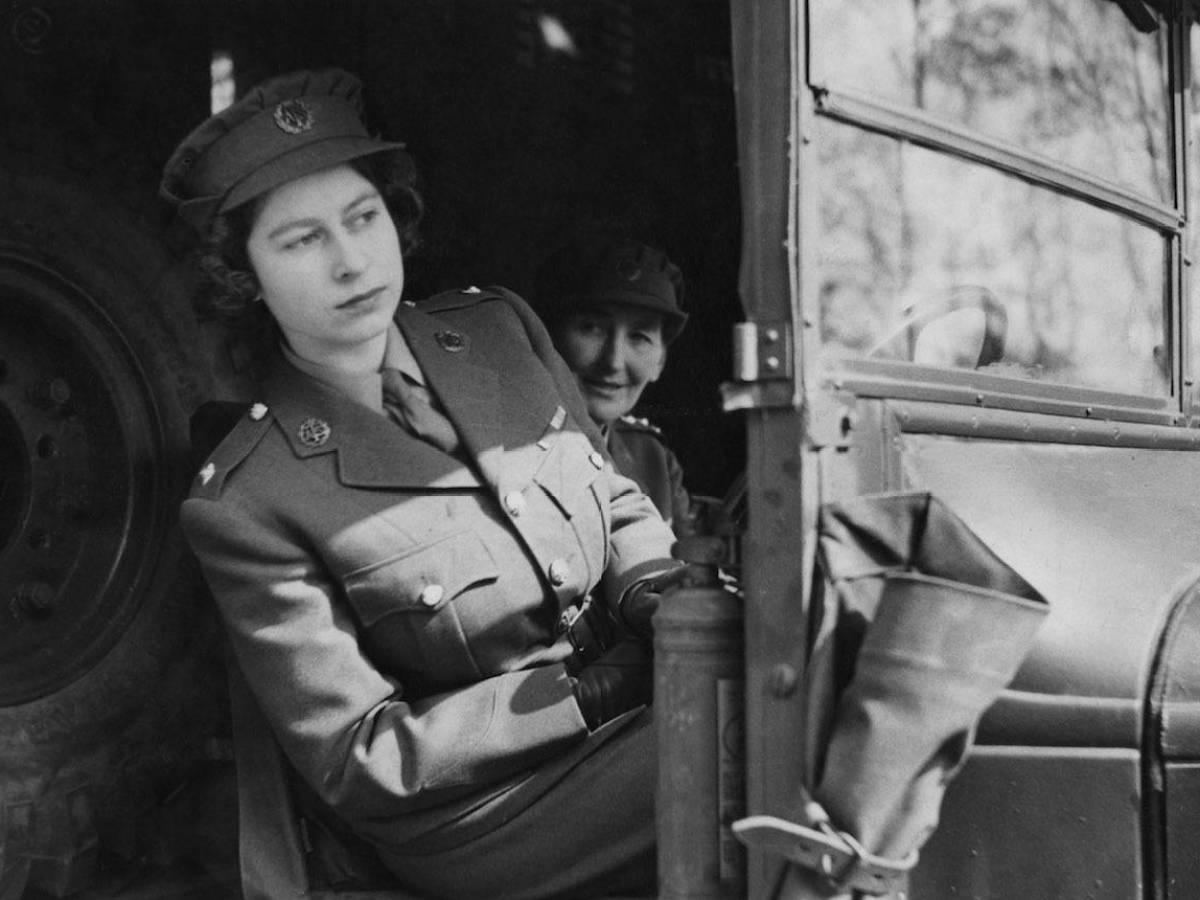 Здесь, Елизавета за рулем военного грузовика.