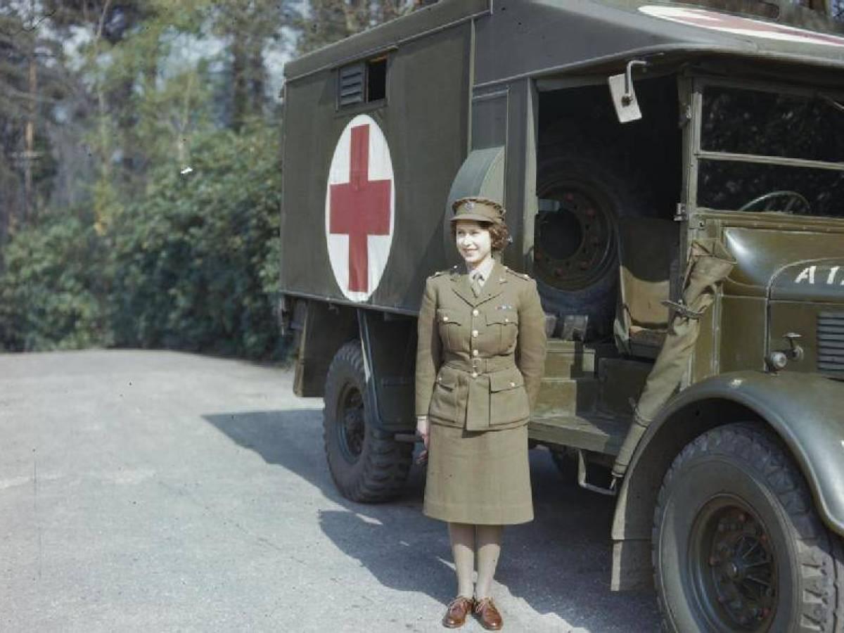 Через пять месяцев после обучения ей было присвоено почетное звание младший командир.