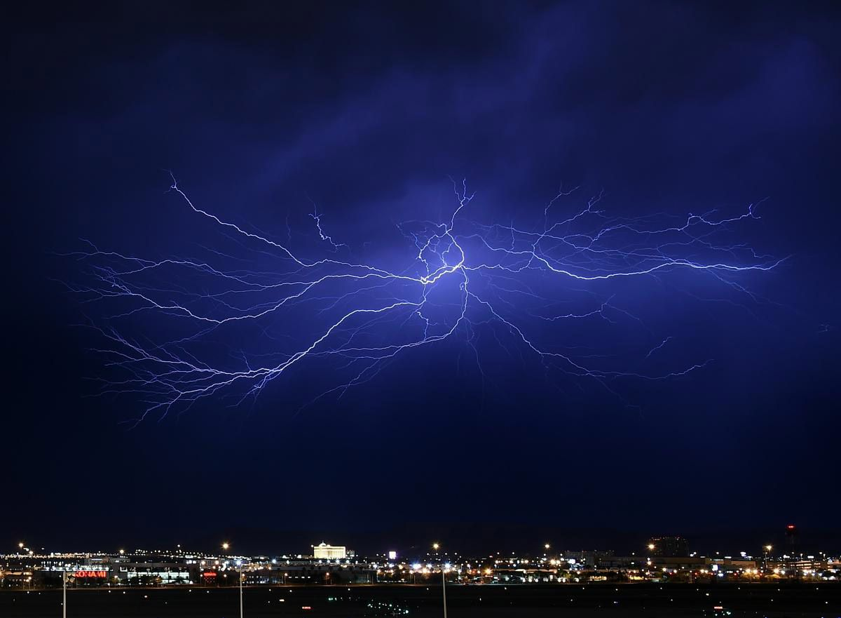 Согласно оценкам, частота ударов молний в мире примерно 100 раз в секунду. По последним данным, собранных с помощью спутников, которые могут обнаруживать молнии в местах, где наземный мониторинг не проводится, эта частота составляет в среднем 44 ± 5 раз в секунду, что соответствует примерно 1,4 миллиардов ударов молний в год. (Фото: Ethan Miller)