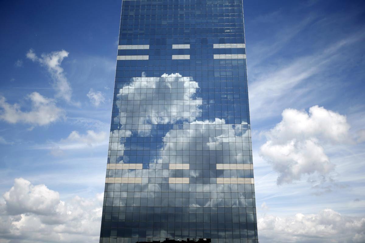 Облака отражаются в стёклах здания. Брюссель, Бельгия.(Фото: Charles Platiau)