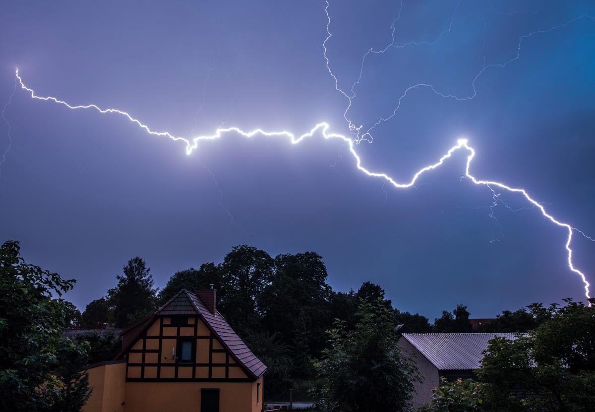 Молния, Бранденбург, Германия. Молния наиболее возникает в осномном в кучево-дождевых облаках, тогда они называются шторм, иногда молния образуется в слоисто-дождевых облаков, а также вулканические извержения, торнадо и пылевые бури. (Фото: PATRICK PLEUL)