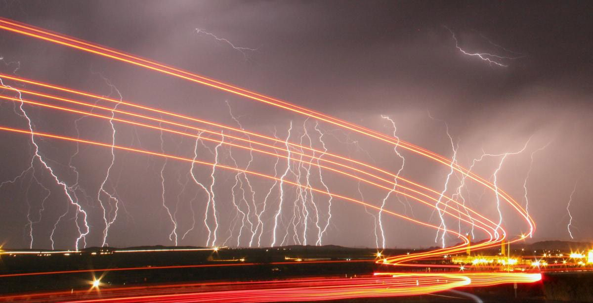 Молнии в небе и свет от проезжающих автобусов. (Фото: GENE BLEVINS)