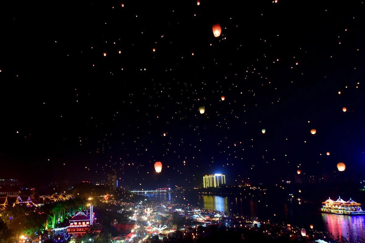 Небесные фонарики в юго-западной китайской провинции Юньнань. (Фото:: AFP)