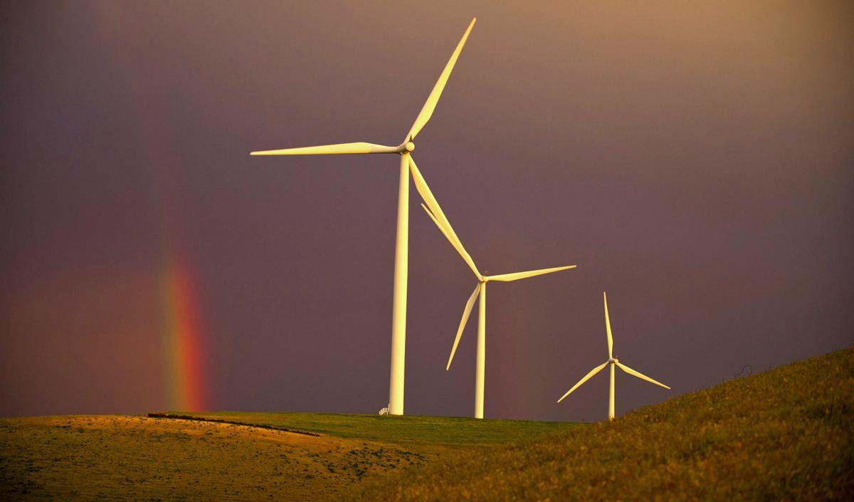 Радуга и ветряные мельницы. (Фото: Greg Lehman)