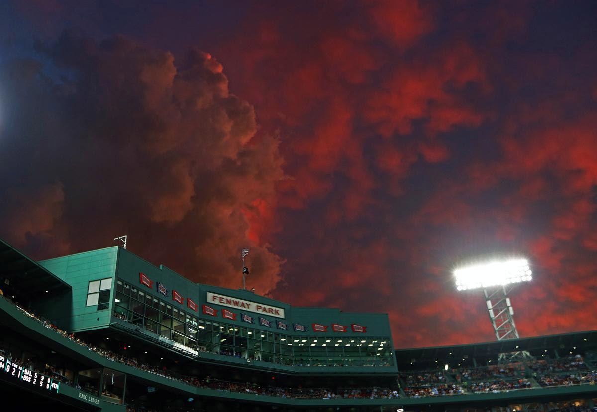Грозовые тучи в Бостоне во время заката. (Фото: Jim Davis)