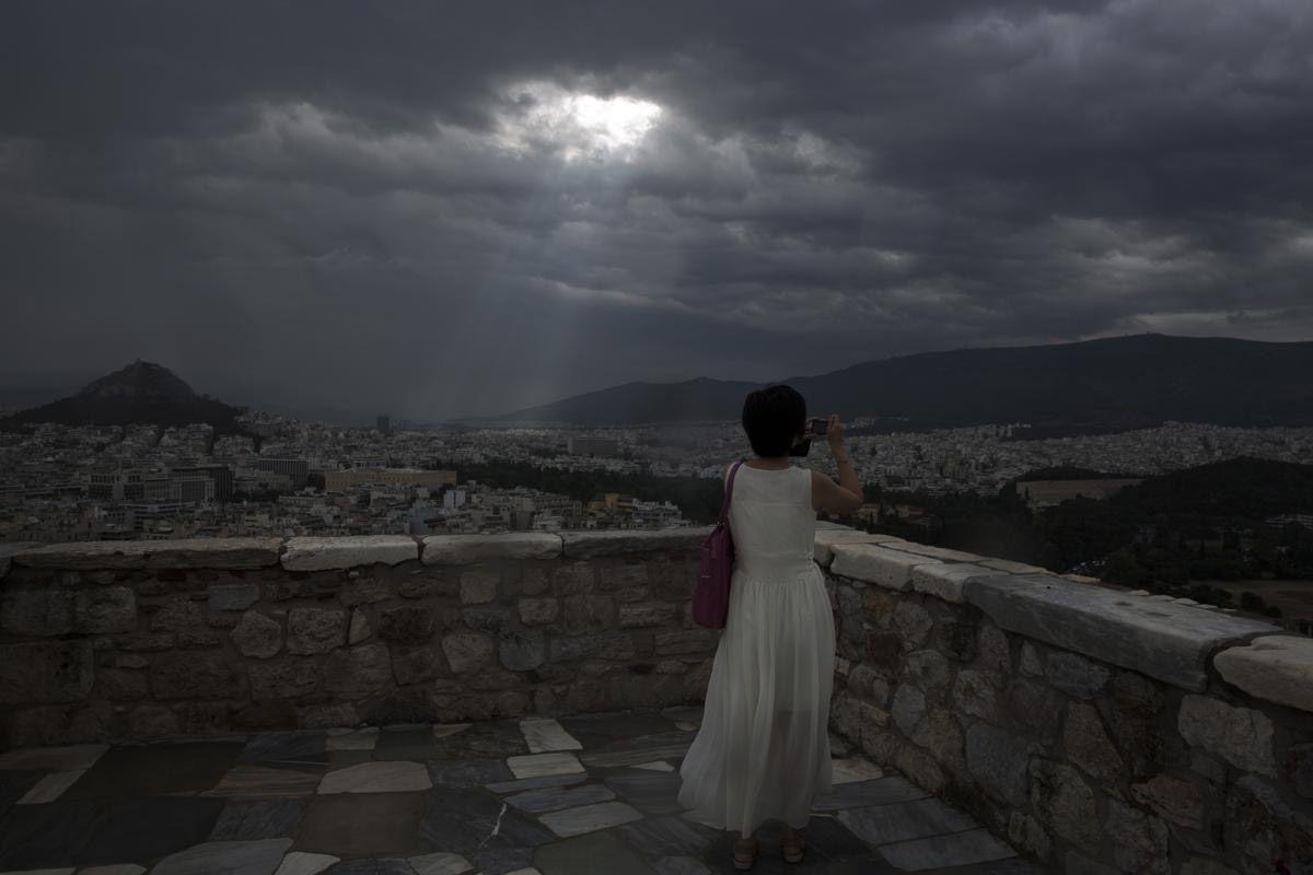 Свет сквозь облака в Афинах. (Фото: Petros Giannakouris)