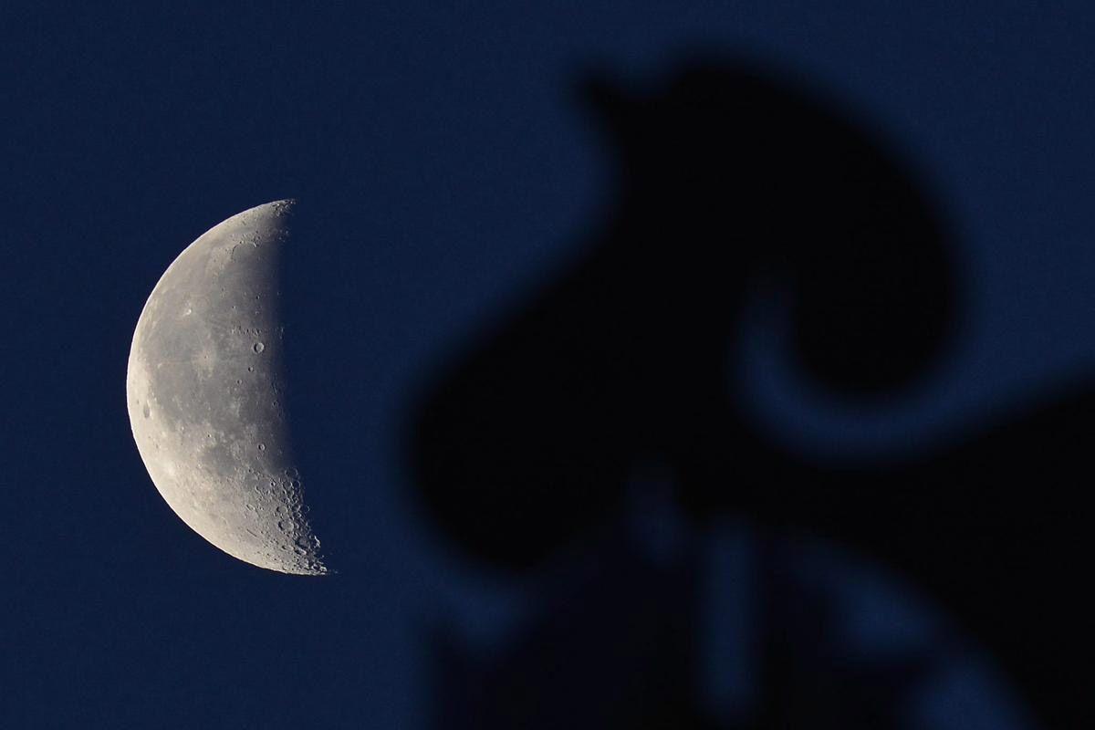 Луна над Дебрецен, Венгрия. (Фото: Zsolt Czegledi)