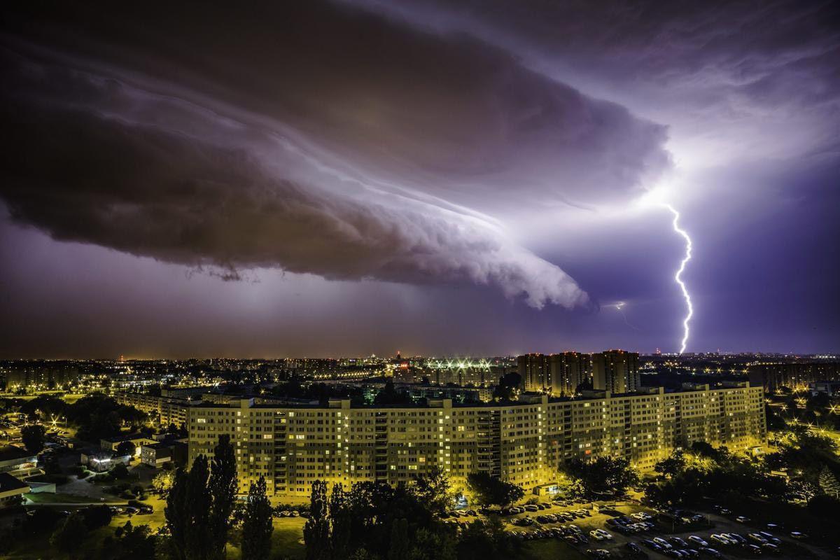 Грозное небо в Польше. (Фото: LUKASZ OGRODOWCZYK)