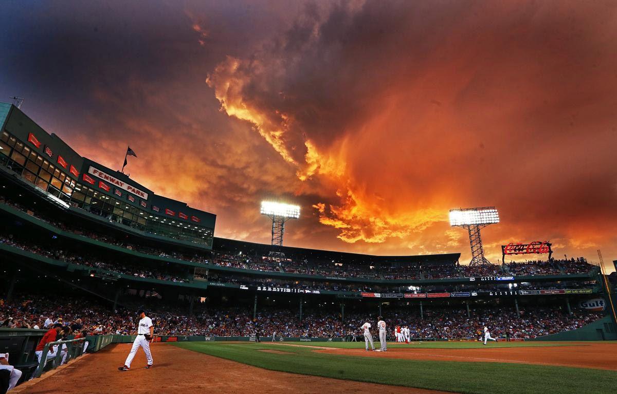 Облака в небе на бейсбольный матч в Бостоне. (Фото: Jim Davis)