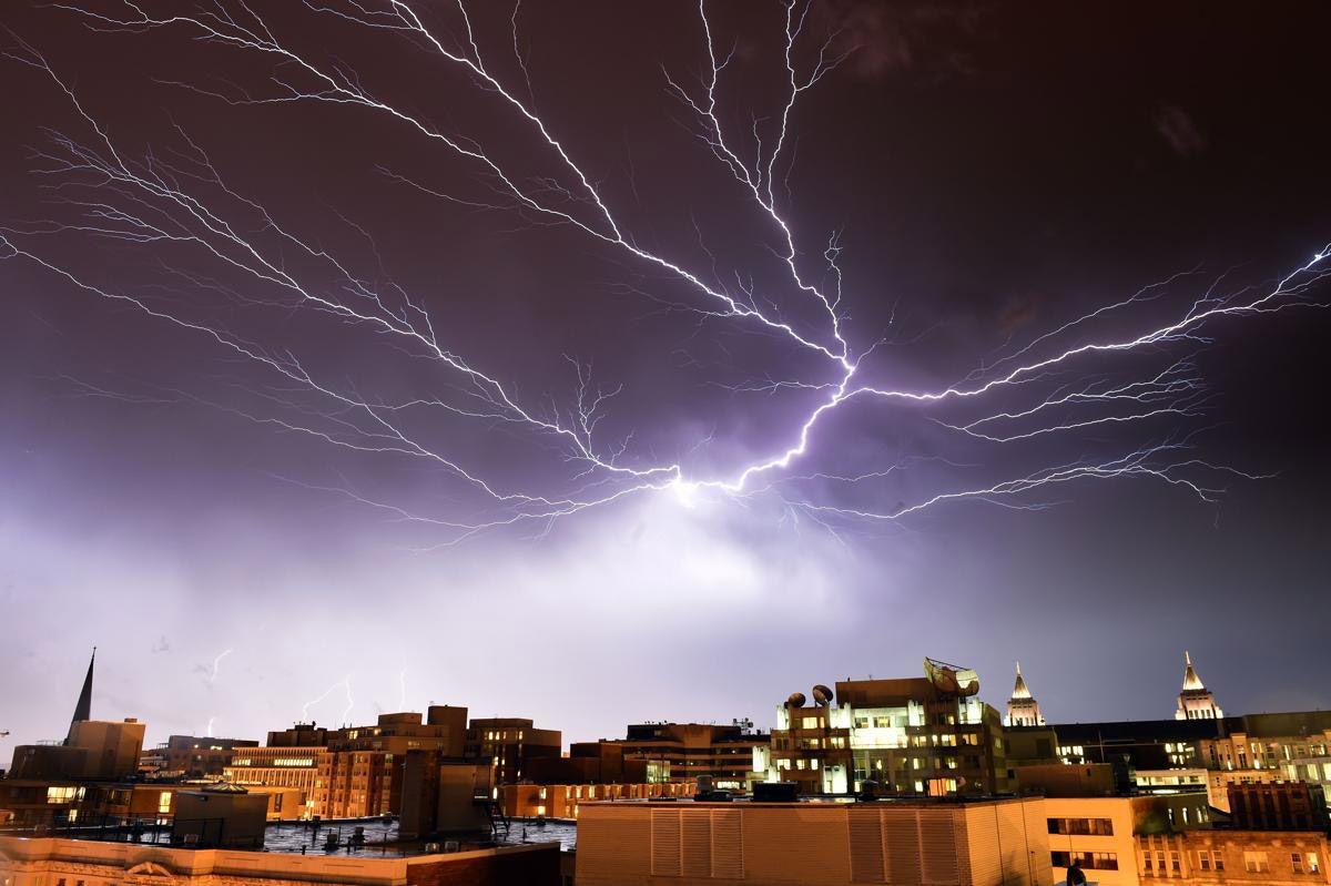 Молния. Сила тока в разряде молнии достигает 10-300 тысяч ампер, напряжение – от десятков миллионов до миллиардов вольт. Мощность разряда – от 1 до 1000 ГВт. (Фото: Mladen Antonov)
