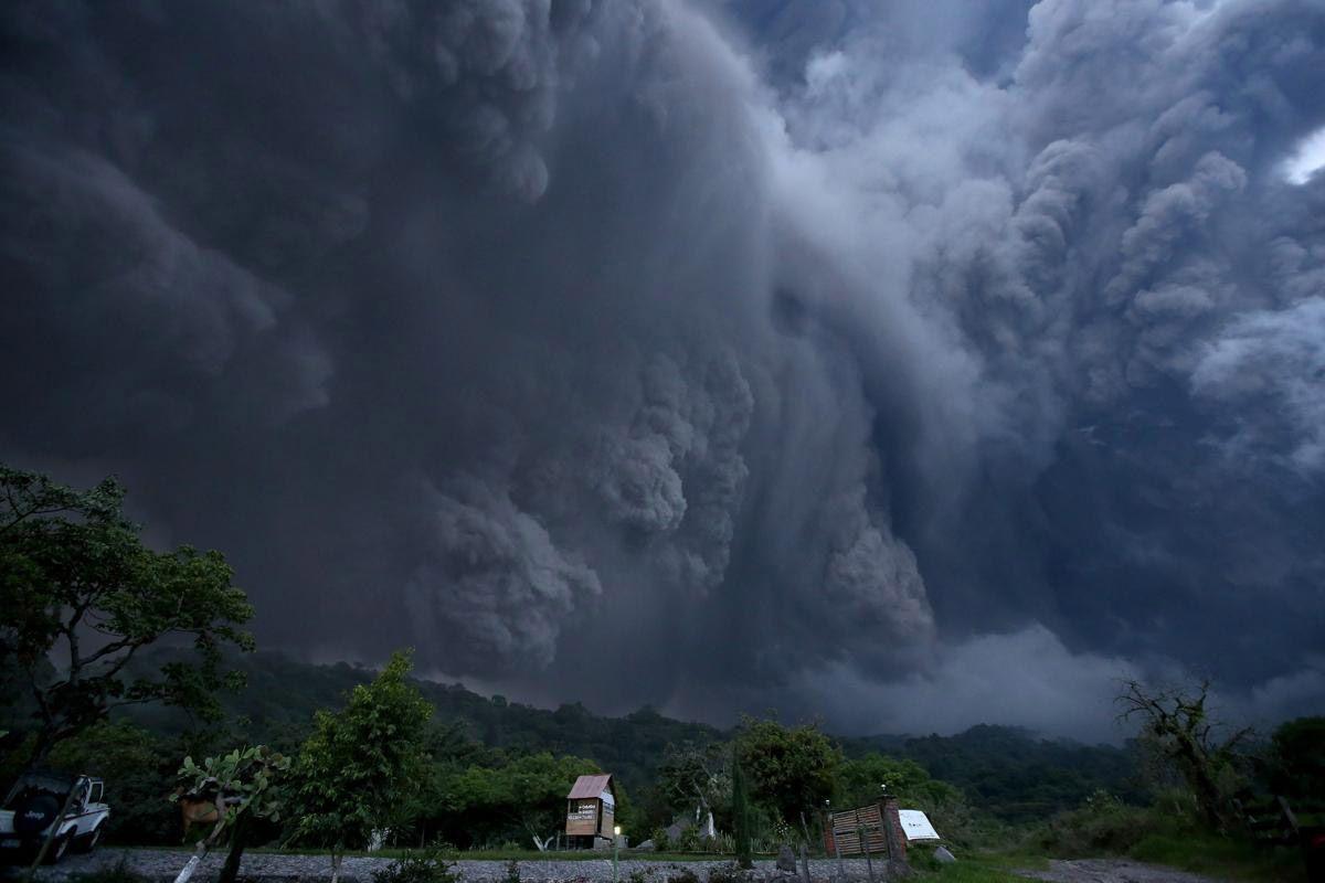 Зловещие облака пепла в небе над Мексикой во время извержения вулкана. (Фото: Ulises Ruiz Basurto)