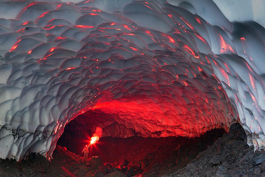 Пещера из льда на Камчатке.