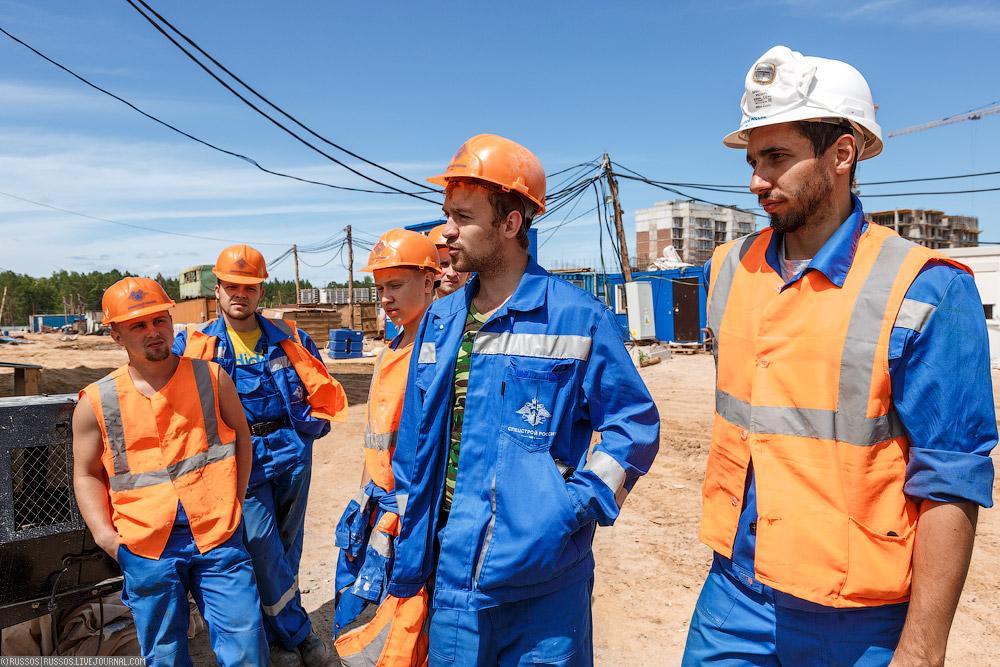 На стройке работают не только строители, но и студенческие строительные отряды.