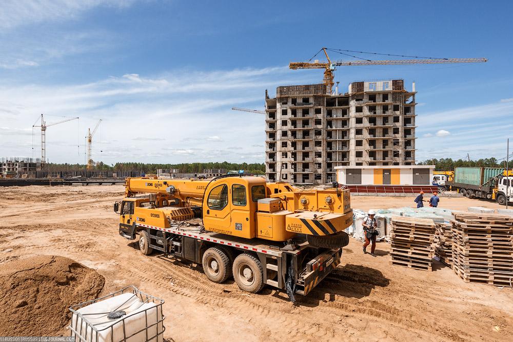 На момент съемки было готово четыре дома, в которых ведутся отделочные работы. Самые высокие дома в гоорде — 12-14 этажей.