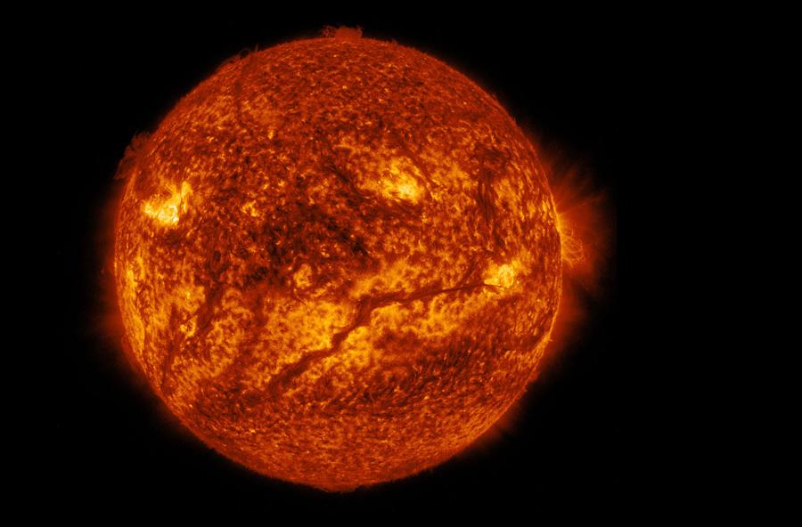 Видна темная линия струящаяся по нижней половине солнца