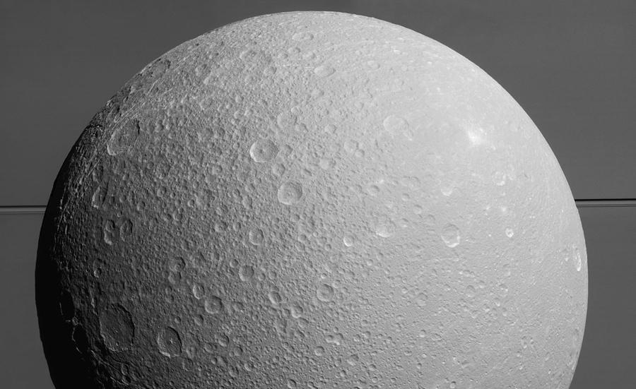 """Фотография с космического аппарата """"Кассини"""" (Cassini orbiter) гигант Сатурн и его кольца, 17 августа 2015."""