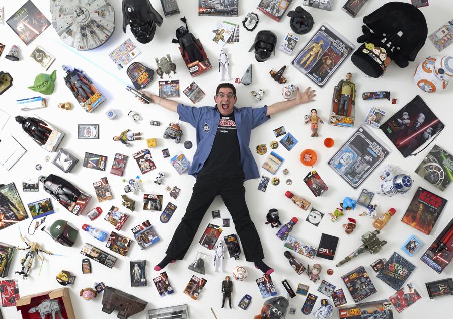 """Коллекционер атрибутики """"Звездных Войн"""" Джеймс Бернс, 44 года, позирует для фотографии со своей коллекцией в Лондоне 2 декабря, 2015 года. Он сказал: """"я встретил столько замечательных людей по всему миру. Это отличное сообщество единомышленников, людей, интересующихся фильмом"""""""