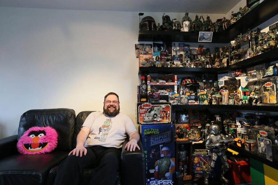 Коллектор Мэтт Букер, 38 лет, и его коллекция с Боба Фетт в Коршам, графство Уилтшир, 24 ноября 2015 года. Мэтт сказал, что его коллекция Боба Фетти состоит из более 8000  штук.